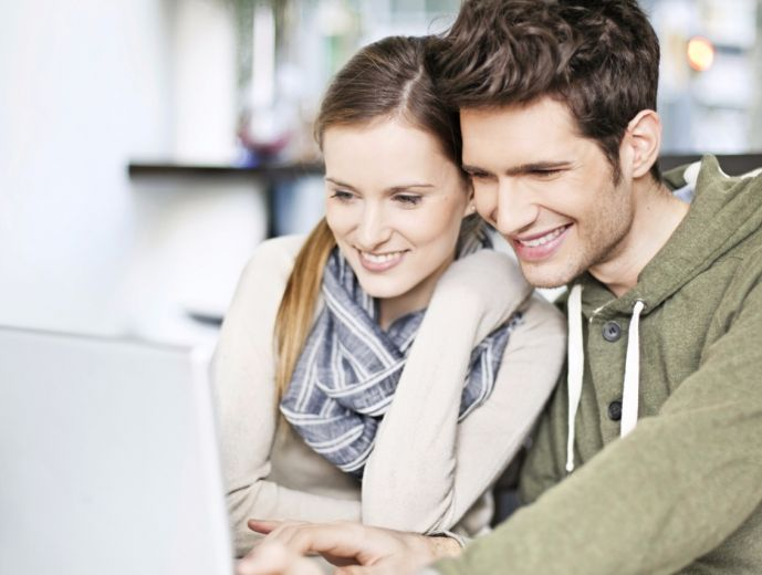 young_couple_loves_laptop